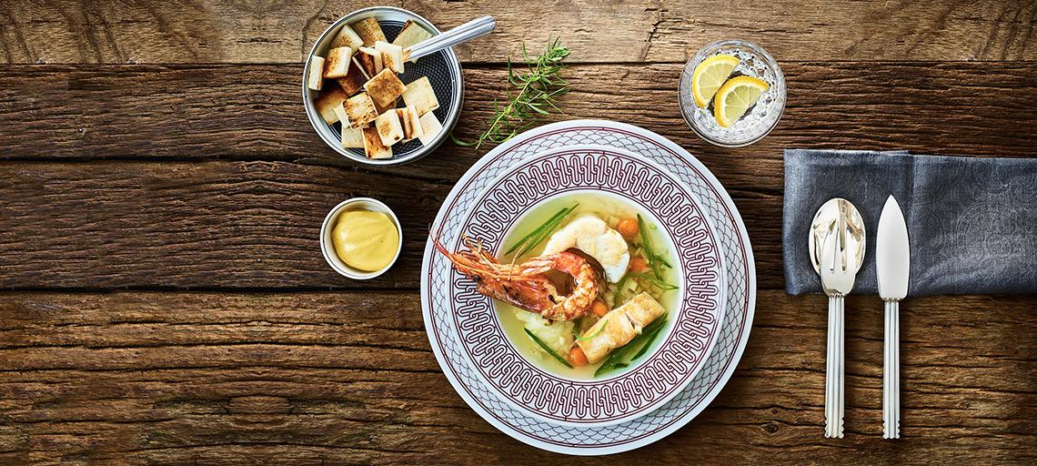 Klare Fischsuppe mit Croutons und Safran-Mayonnaise