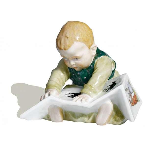 Sitzendes Kind mit Bilderbuch 10 cm