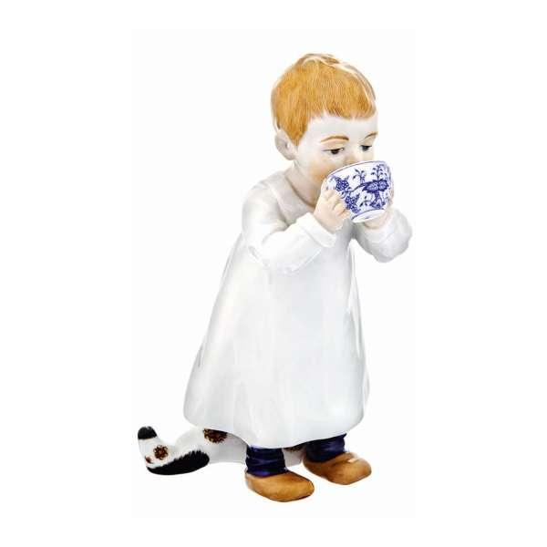 Kind mit Tasse 17 cm